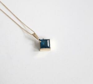 14 krt. gouden hanger met london bleu topaas € 495,00 excl. collier