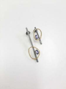 € 495,00 Gezwart zilveren oorbellen met 14 krt. gouden accent met tanzaniet