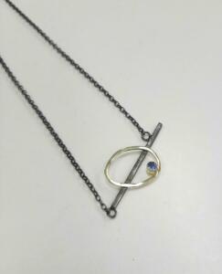 € 245,00 Gezwart zilveren collier met 14 krt. gouden accent met tanzaniet